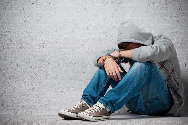 adolescente-arrestato-con-le-manette-26374824
